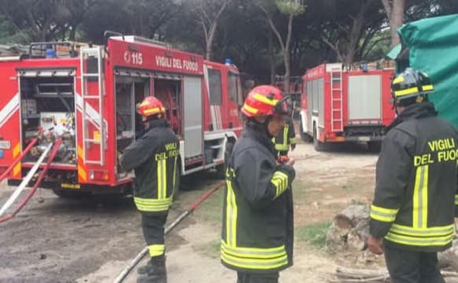 i vigili del fuoco di oristano in un intervento (foto sanna)