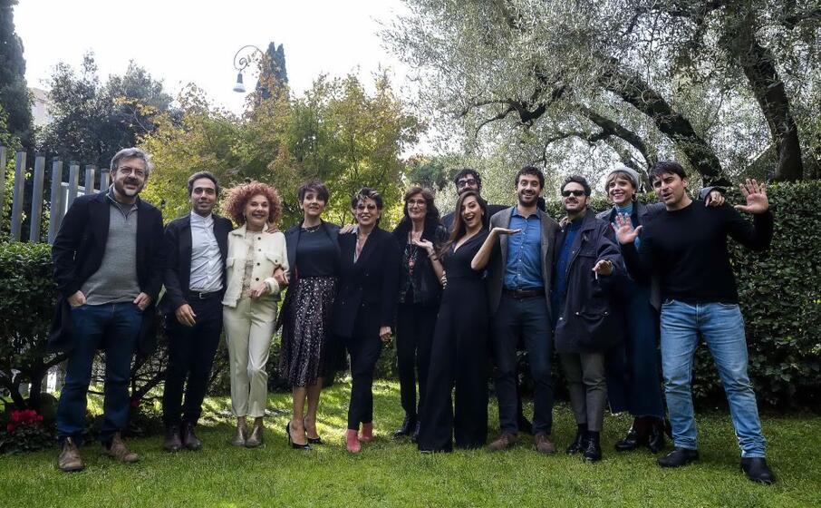 il cast della trasmissione in posa a roma (ansa)