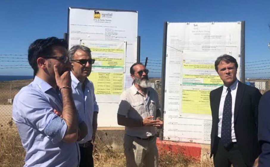 il ministro costa in visita al sito inquinato (foto pala)