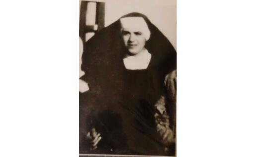 La mamma di Elisabetta con l'abito da suora