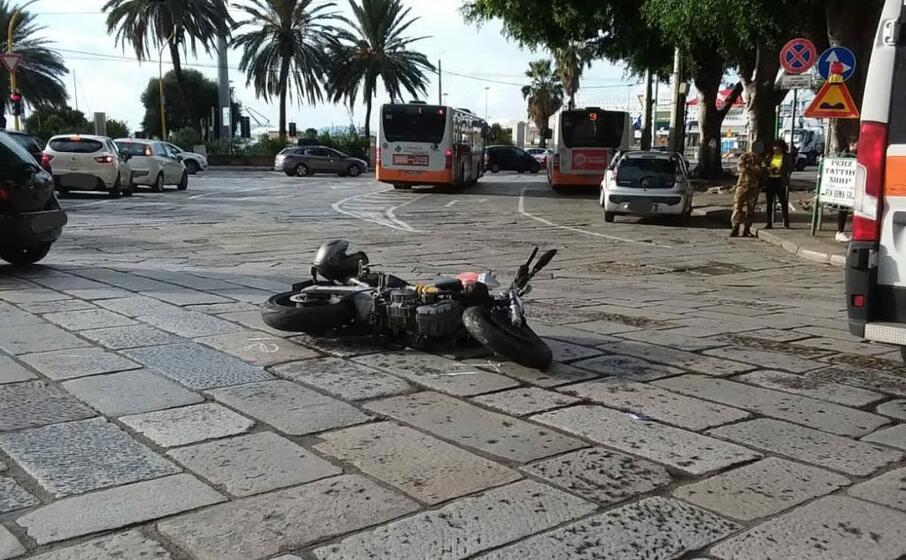 la moto a terra dopo l incidente (foto polizia municipale)