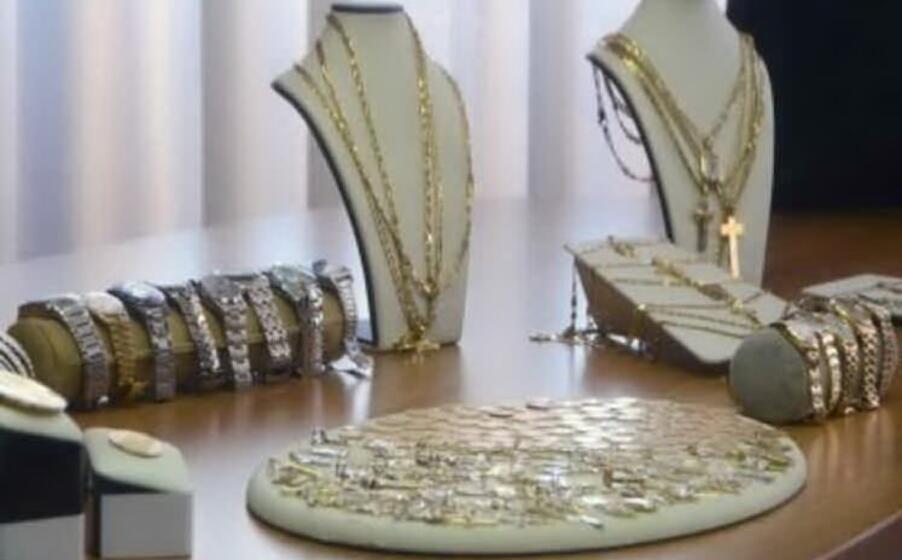 alcuni dei gioielli ritrovati a casa del 72enne (archivio l unione sarda calvi)