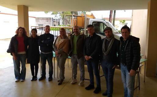 Amministratori, funzionari scolastici e della Provincia davanti agli arredi consegnati dal Comune (foto Simone Farris)