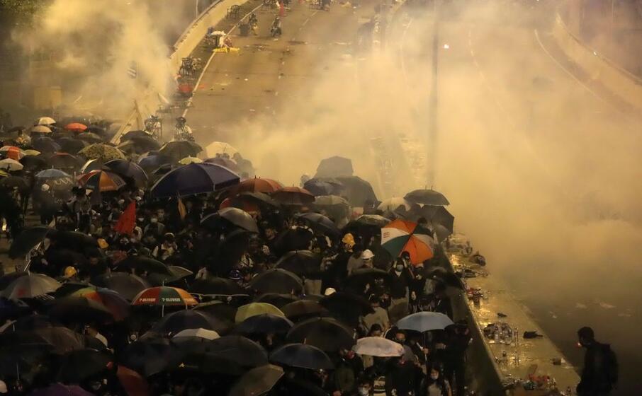 ennesima manifestazione di protesta per le vie di hong kong