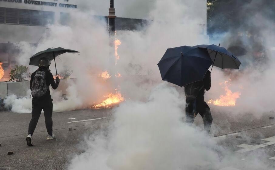 gli agenti hanno respinto i manifestanti con gas lacrimogeni