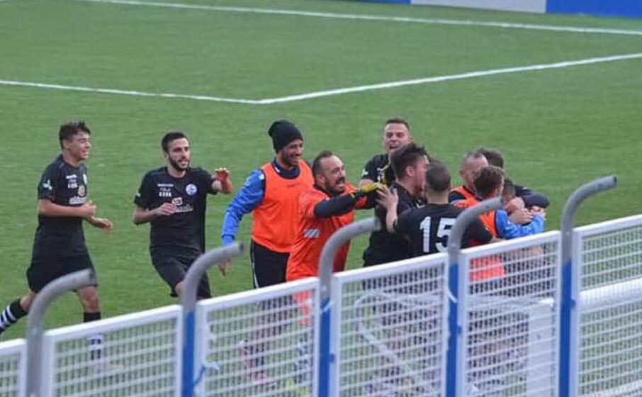 i giocatori dello stintino festeggiano il gol di domenica contro il posada (foto concessa dallo stintino calcio)