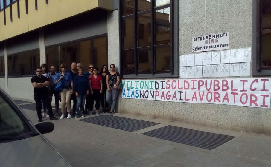 il recente sciopero della fame di tre settimane con cui una ventina di lavoratori ha protestato per gli stipendi arretrati (foto s farris)