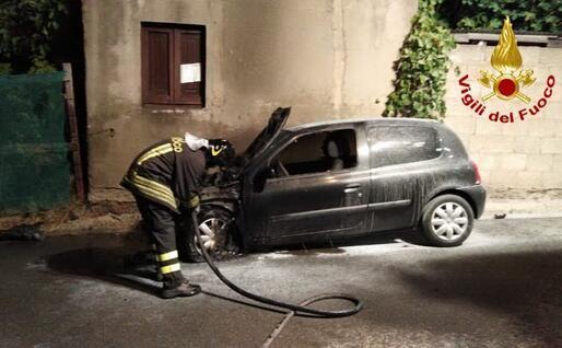 L'auto (foto Vigili del fuoco)