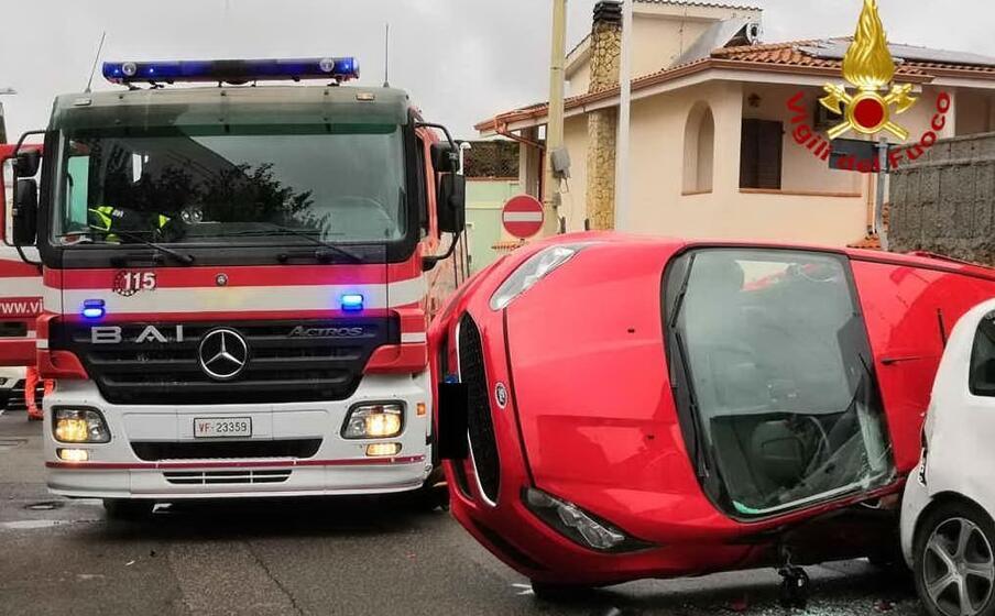 l auto ribaltata (foto vigili del fuoco)