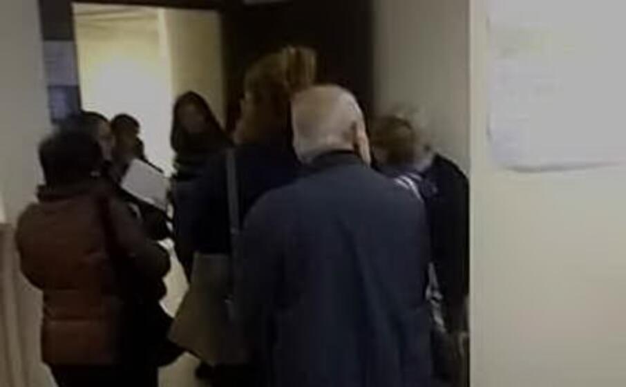 la folla alla asl di decimomannu (fermo immagine da video)