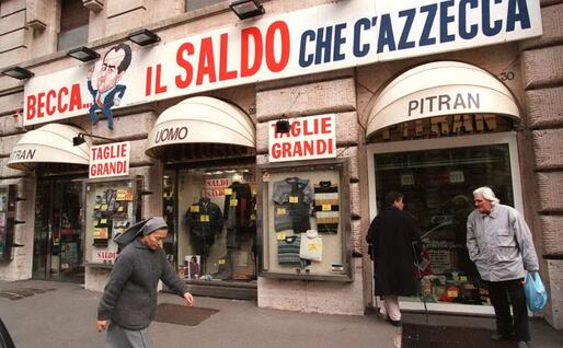 """A Roma l'insegna di un negozio in """"dipietrese"""" (Archivio Ansa)"""