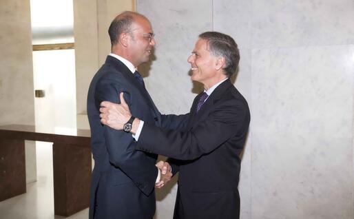 Il passaggio di consegne col nuovo ministro degli Esteri Enzo Moavero Milanesi (Ansa)