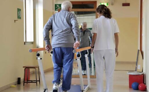 Il paziente durante la fisioterapia (Ansa)