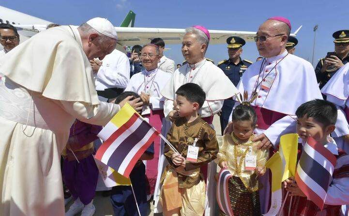 l accoglienza dei vescovi e dei bimbi thailandesi