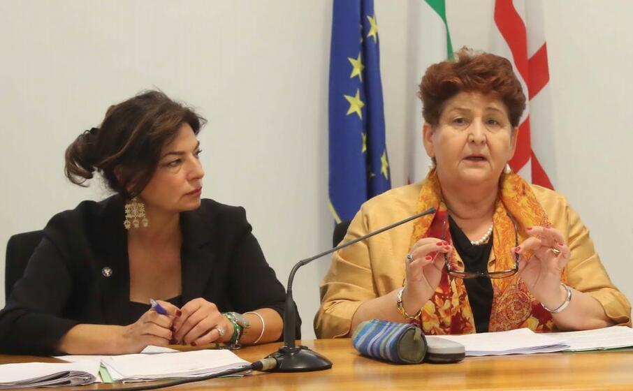 l assessore murgia (a sinistra) e il ministro bellanova (foto ufficio stampa ras)