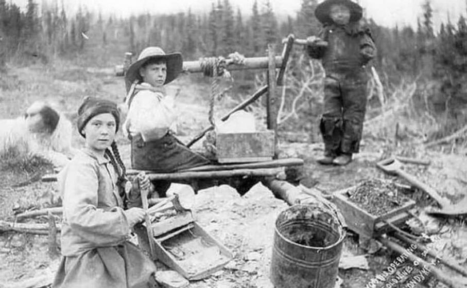 lo scatto del 1898 ( three children operating rocker at a gold mine on dominion creek yukon territory university of washington libraries)