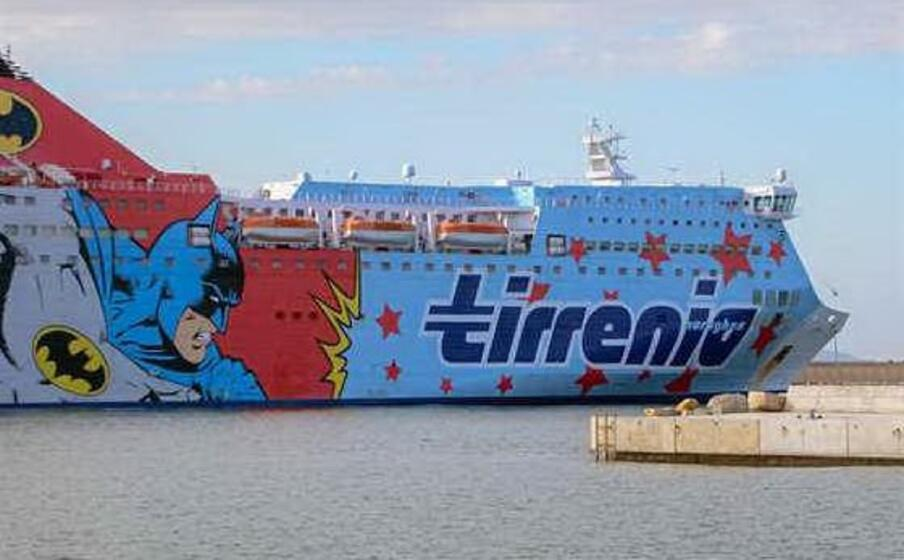 nave tirrenia a porto torres (foto gloria calvi unione sarda)