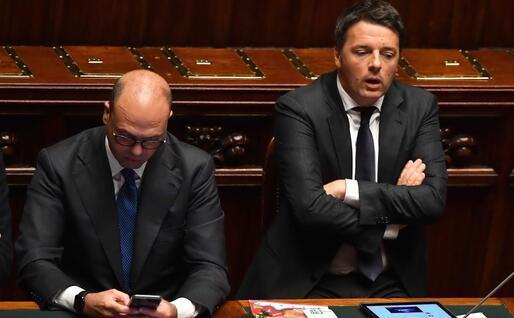 Sui banchi del governo a Montecitorio, con Matteo Renzi (Ansa)
