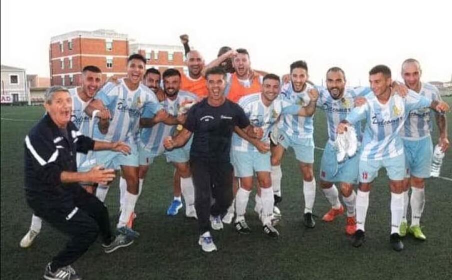 i giocatori dell ilvamaddalena festeggiano una vittoria casalinga (foto concessa dalla societ )