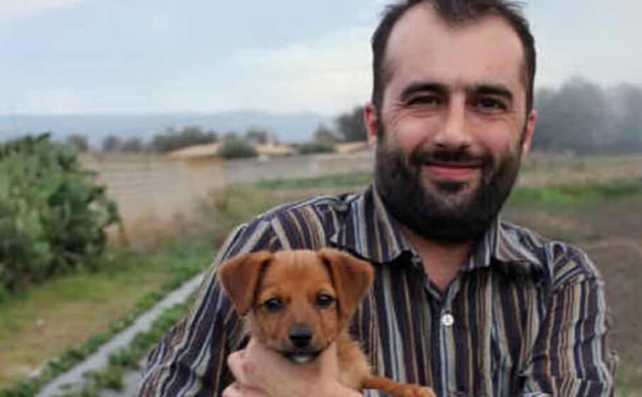 il sindaco di marrubiu insieme a un cagnolino (foto antonio pintori)