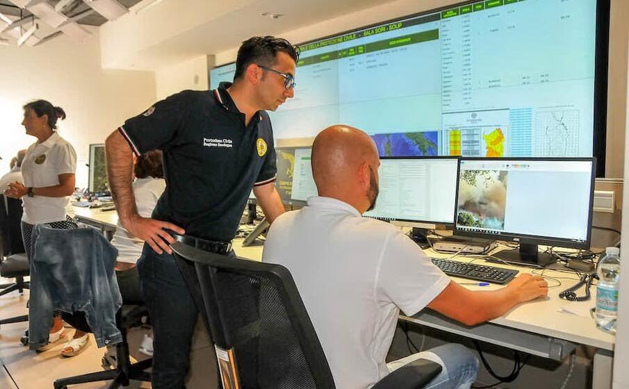l assessore gianni lampis nella sala operativa della protezione civile