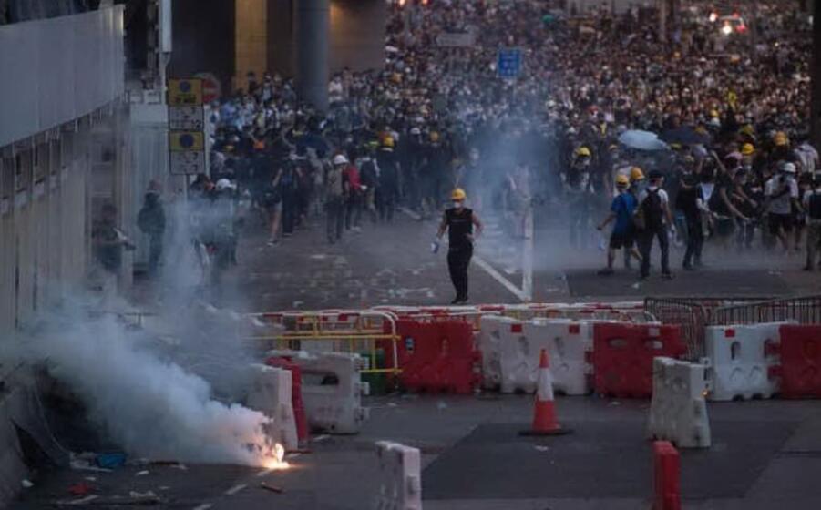 manifestanti a hong kong (archivio l unione sarda)