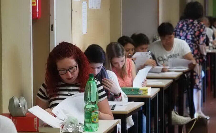 studenti durante l esame di maturit (archivio l unione sarda)