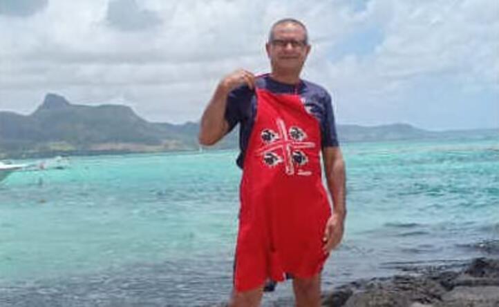 antonello romano in posa davanti al mare delle isola mauritius