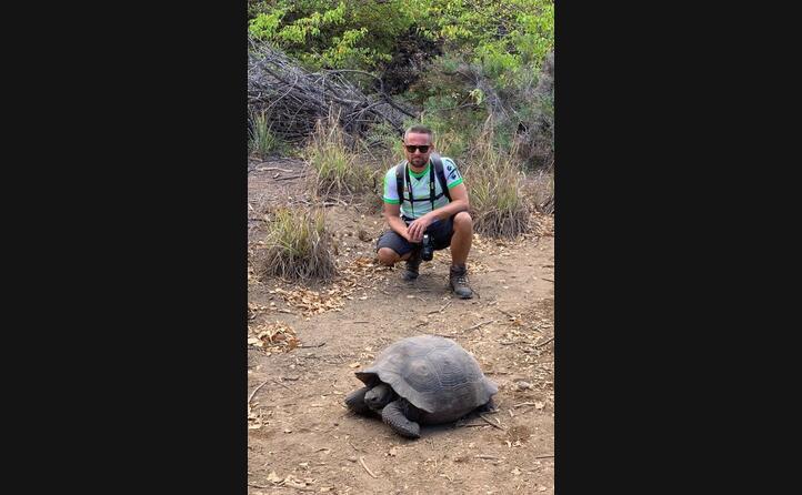 giuseppe demara di tortol con la maglia della natzionale sarda alle isole galapagos