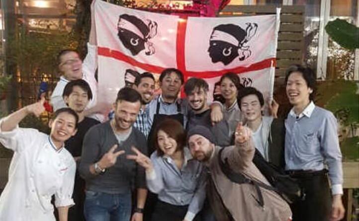 i ragazzi del ristorante di cucina sarda tharros di tokyo precisamente nel quartiere shibuya foto inviata da antonio di villa san pietro