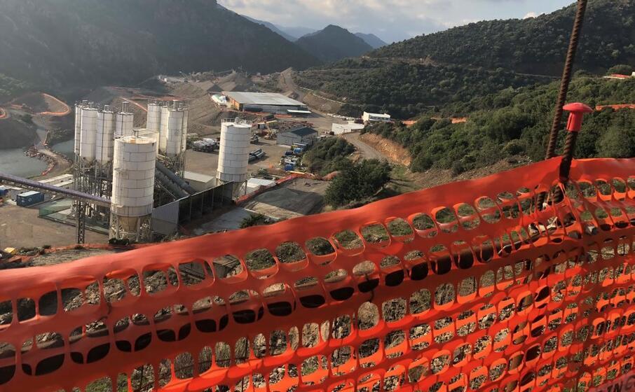 il cantiere abbandonato della diga di monti nieddu (foto i murgana)