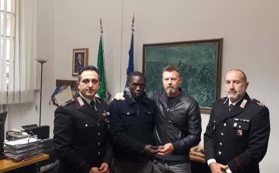 il senegalese e l imprenditore tra i due carabinieri (ansa)