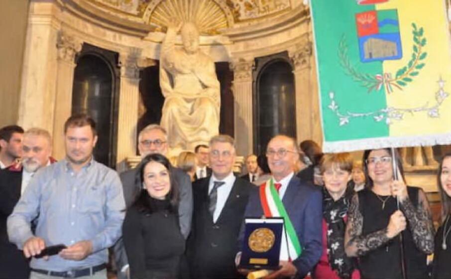 il sindaco di tula gesuino satta col premio e il gonfalone del paese (foto concessa dall amministrazione comunale)