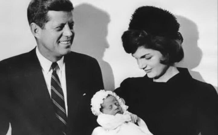 john kennedy con jacqueline e il figlio john jr (tutte le foto sono google wikipedia e l unione sarda)
