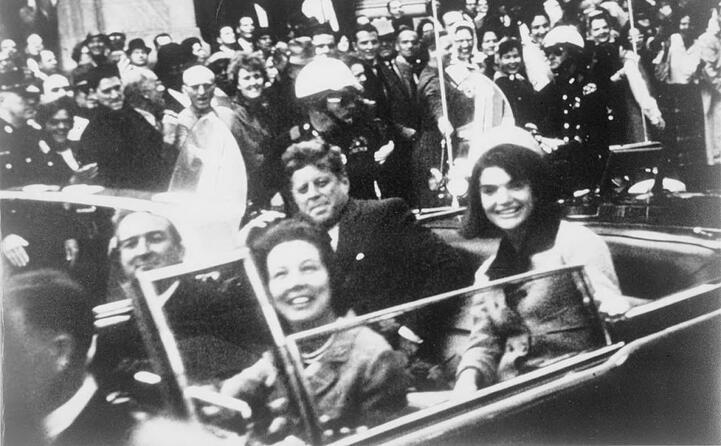 kennedy a dallas nell auto presidenziale con la moglie jacqueline poco prima dell omicidio
