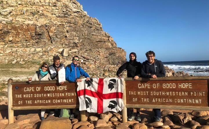 la famiglia madeddu con bandiera sarda al seguito al capo di buona speranza in sud africa
