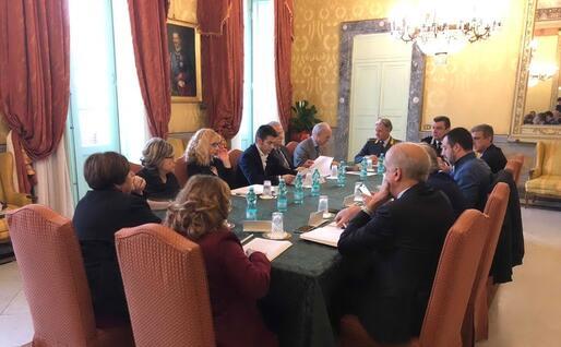 Massimo Zedda e Matteo Salvini di fronte durante la riunione (foto Giuseppe Meloni)