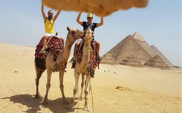paolo arigotti cagliaritano alle piramidi di giza in egitto
