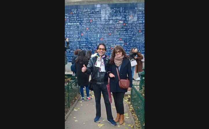 angelo da cagliari insieme a marie al mur des je t aime a parigi