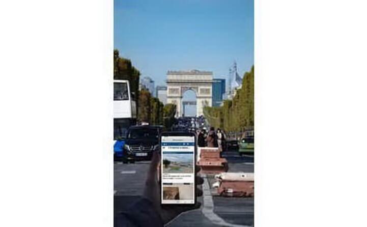 edoardo cossu davanti all arc de trionphe a parigi