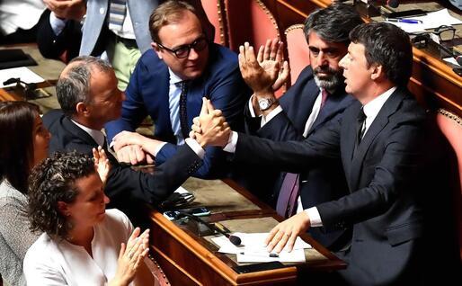 I senatori Pd si congratulano con Renzi (Ansa)