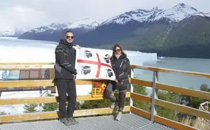 manuel e cristina in argentina davanti al ghiacciaio perito moreno nel parco nazionale los galciares nella regione della patagonia
