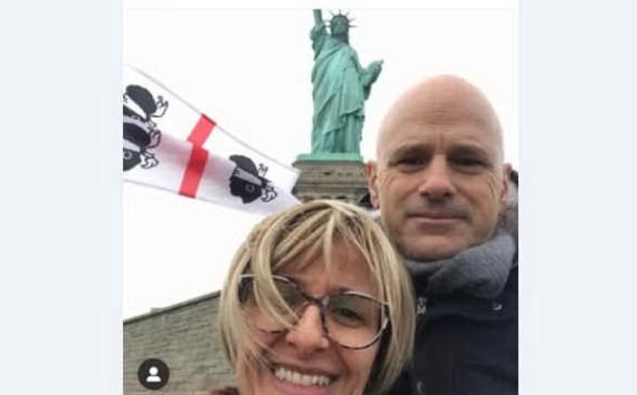 maria giovanna e massimo di tramatza davanti alla statua della libert