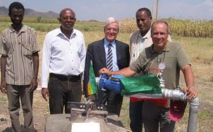 mario sitzia e giulio barbieri in etiopia per la costruzione di un pozzo d acqua in un villaggio