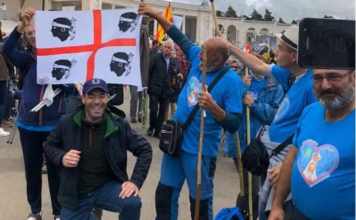 maurizio a fatima in portogallo con la bandiera dei quattro mori