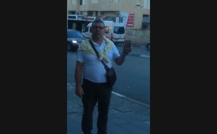 renato originario di sorgono e residente in germania con i quattro mori sullo smartphone la foto stata scattata a betlemme
