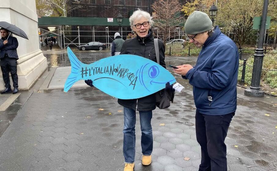 alcuni partecipanti al flashmob delle sardine (ansa)