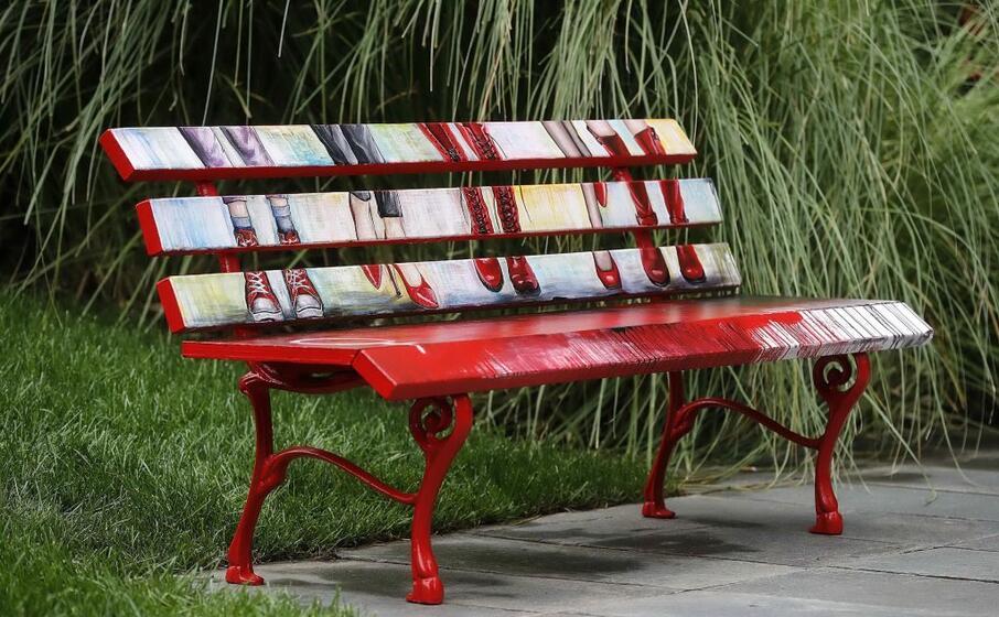 anche nella sede rai a roma stata inaugurata una panchina rossa (ansa antimiani)