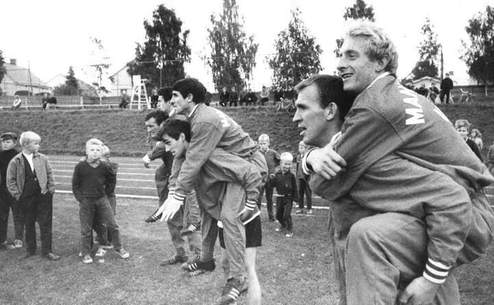best (al centro in basso) durante un allenamento con i compagni di squadra