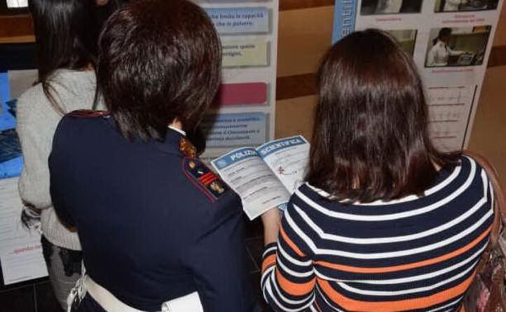 gli opuscoli distribuiti dagli agenti di sassari (foto polizia di sassari)